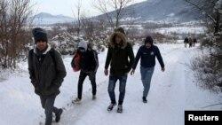 Sekelompok migran berupaya melintasi perbatasan secara ilegal ke Kroasia di Gunung Pljesevica dekat Bihac, Bosnia dan Herzegovina 19 Desember 2018. (Foto: dok).