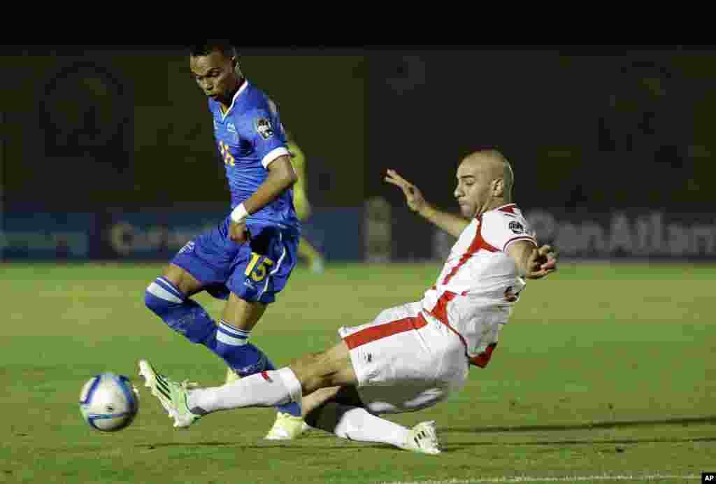 Nuno Rocha du Cap-Vert, à gauche, au courps à corps avec Aymen Abdennour de la Tunisie, à droite, lors du match de football de la Coupe d'Afrique des nations Groupe B entre le Cap Vert et la Tunisie dans Ebebiyin, la Guinée équatoriale, dimanche 18 janvier 2015.