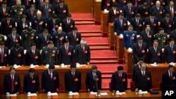 Líderes del partido comunista chino inclinan la cabeza en silencio, recordado sus líderes fallecidos, durante la sesión inaugural del 18o. Congreso del Partido Comunista Chino.