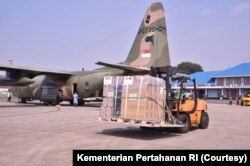 Para pekerja menurunkan bantuan alat-alat medis dari Pemerintah Singapura dari dalam pesawat, di Jakarta, Jumat, 9 Juli 2021. Bantuan itu untuk membantu Indonesia menangani lonjakan kasus COVID-19.