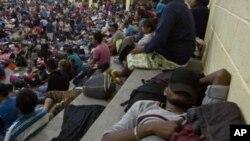 Migrantes hondureños descansan en un albergue improvisado en Chiquimula, Guatemala, el 16 de octubre de 2018. Son parte de la caravana de unos 2.000 migrantes que esperan entrar en EE.UU. mientras el presidente Donald Trump amenazó con cortar la ayuda a los países centroamericanos que no la frenen.
