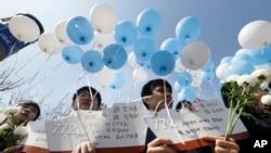 지난 3월 천암함 사건 5주기를 하루 앞두고 한국 서울역 광장에서 추모 행사가 열렸다. (자료사진)