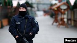 Cảnh sát đứng bảo vệ tại chợ Giáng sinh Kaiser-Wilhelm-Gedaechtniskirche ở Berlin, Đức, ngày 21/12/2016.