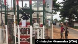 L'aigle et l'épée : signes distinctifs du parti au pouvoir, le CNDD-FDD, sur la route numéro un, au quartier Kamenge au Nord de Bujumbura, Burundi, 20 avril 2017. (VOA/Christophe Nkurunziza)