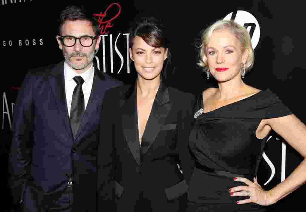 """Sutradara Michel Hazanavicius, aktris Berenice Bejo (tengah), dan aktris Penelope Ann Miller pada pemutaran perdama film """"The Artist"""" di New York, 17 November 2011 lalu. Film tanpa dialog ini meraih nominasi Film Terbaik (AP)."""