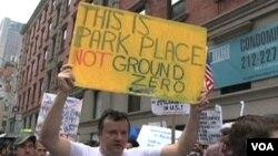 Demonstrasi terkait rencana pembangunan Islamic Center yang akan dibangun di dekat lokasi peristiwa 11 September, 2001. (foto dok Agustus 2010).