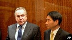 한국 외교통상부 관리를 만나는 캠벨 차관보
