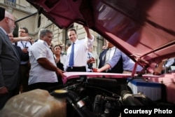 New York Governor Andrew Cuomo stops to appreciate a vintage car while traveling on a trade mission to Cuba, April 20, 2015. (Office of Gov. Andrew Cuomo)