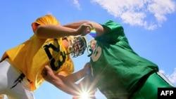 Većina povreda mozga dešava se igračima američkog fudbala, ali može da se dogodi i u skoro svakom kontakt sportu, uključujući fudbal, lakros, bejzbol i rvanje.