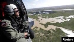Personal aéreo de la Armada de EE.UU. realizan misiones de reconocimiento en helicópteros MH-60R Seahawk, tras el paso del huracán Irma por Florida.