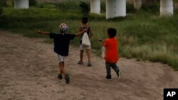 Enfants à Matamoros, dans l'État de Tamaulipas, au Mexique, le 26 juin 2019. (AP)