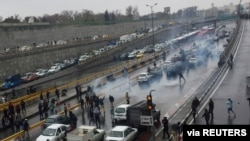 People protest against increased gas price, on a highway in Tehran, Iran November 16, 2019. Nazanin Tabatabaee/WANA (West Asia News Agency) via REUTERS ATTENTION EDITORS - THIS IMAGE HAS BEEN SUPPLIED BY A THIRD PARTY TPX IMAGES OF THE DAY