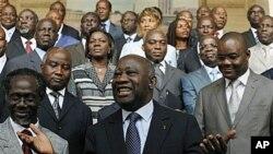 Laurent Gbagbo, katikati, akisimama mbele ya baraZa lake jipya la mawaziri.