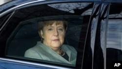 La chancelière allemande Angela Merkel arrivant au siège du parti social-démocrate à Berlin, lundi 5 février 2018