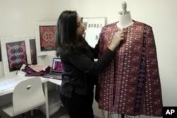 Desainer Natalie Tahhan mengerjakan versi modern busana tradisional Palestina, thobe, di studio jahitnya di Yerusalem, 29 Januari 2019.