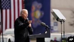 Demokratski predsjednički kandidat Joe Biden govori na mitingu ispred baptističke crkve Sharon 1. novembra 2020.