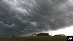 Los tornados, como este del 26 de abril de 2016, no son raros en Oklahoma. El más reciente, el sábado arrancó una parte del techo del Casino Riverwind, en Norman.