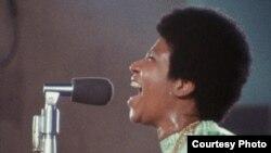 """El documental presenta la grabación en vivo del álbum """"Amazing Grace"""", de Aretha Franklin, en The New Bethel Baptist Church en Watts, Los Ángeles, en enero de 1972."""