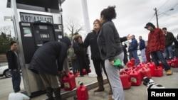 Benzin istasyonları önünde kuyrukta bekleyen New Yorklular
