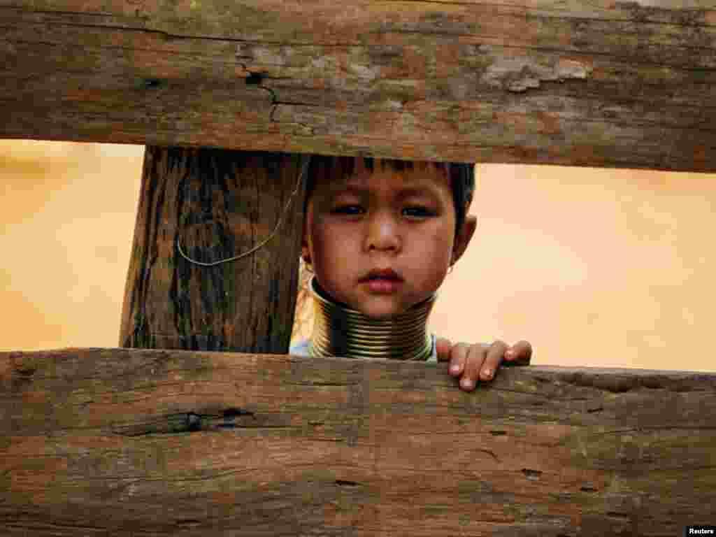 میانمار کی خواتین کو بچپن سے ہی اس رنگ کو گلے میں پہننے کا عادی بنایاجاتا ہے تاکہ انکی گردن دراز رہے