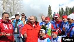Vladimir Putin (C) e atletas paraolímpicos russos, em 2014.