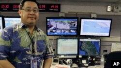 夏威夷紧急管理局运营官杰弗里·黄在位于檀香山的总部展示灾害监控屏幕。夏威夷是美国第一个要求公众准备应对朝鲜弹道弹道打击的州。
