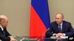 푸틴 러시아 대통령과 미하일 미슈스틴 러시아 신임 총리가 20일 모스크바 외곽 노보 오가료보 별장에서 국가안보회의를 하고 있다.