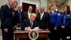 Donald Trump signant sa directive pour renvoyer des astronautes américains sur la Lune, la Maison Blanche, Washington, le 11 décembre 2017.