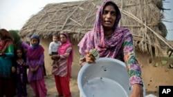 Người dân cho thấy 1 thùng nước bị hư hỏng do súng đạn được cho là từ phía Pakistan, ở làng Jora Farm trong khu vực Ranbir Singh Pura của Ấn Độ, 23/8/2014.