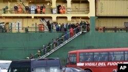 မီးေလာင္သြားတဲ့ ကူးတို႔သေဘာၤေပၚက ခရီးသည္ေတြနဲ႔ သေဘာၤဝန္ထမ္းေတြ Bari ဆိပ္ကမ္းကိုေရာက္လာစဥ္။ (ဒီဇင္ဘာ ၂၉၊ ၂၀၁၄)