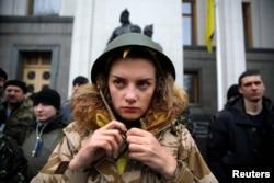 2月27日乌克兰议会投票成立新政府的时候反亚努科维奇的示威者守护议会,一位女子戴好钢盔