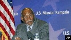 Asisten Menteri Luar Negeri AS urusan Afrika Johnnie Carson mengunjungi Somalia hari Minggu (10/6).