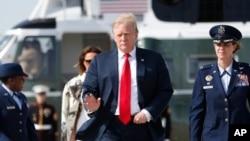 Shugaban Amurka, Donald Trump, da uwargidansa tana take mai baya