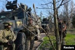 在顿巴斯地区与亲俄分离主义武装隔离线附近的乌克兰军人。(2021年4月21日)