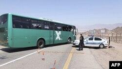 Policija pregleda izraelski autobus na koji je pucano za vreme napada na granici Izraela i Egipta, 18. avgusta 2011.