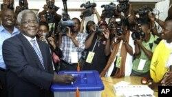 Dhlakama votando nas eleições de 28 de Outubro de 2009
