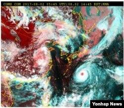 2일 오후 2시 현재 한반도 인근 위성사진. 북상중인 제5호 태풍 '노루'(일본열도 아래 붉은 점)는 오는 6일께 제주도를 중심으로 한국에 영향을 미칠 것으로 예상된다. (기상청 제공)