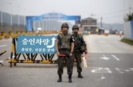 Binh sĩ Nam Triều Tiên đứng gác tại một trạm kiểm soát dẫn tới làng đình chiến Panmunjom, nằm ở phía nam khu phi quân sự ngăn cách hai miền Triều Tiên hôm 21/8/2015