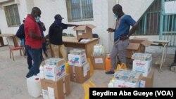 Les autorités municipales de Grand-Yoff préparent le matériel destiné aux écoles, à Dakar, le 1er juin 2020. (VOA/Seydina Aba Gueye)