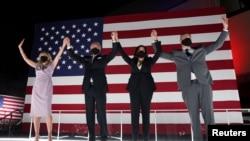 美国前副总统拜登(左二)2020年8月20日在民主党全国代表大会上正式接受提名竞选总统(路透社)