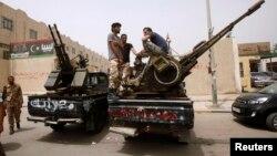 Milisi Libya dengan senjata-senjata berat mengepung kantor Kementerian Kehakiman di Tripoli, Selasa (30/4).