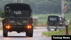 북한군이 서부전선 남쪽 경기도 연천군 남면 지역으로 로켓포로 추정되는 포탄을 발사하고 한국 군이 대응 사격을 한 20일 경기도 연천군 중면사무소 인근에서 작전에 투입된 군인들이 이동하고 있다.