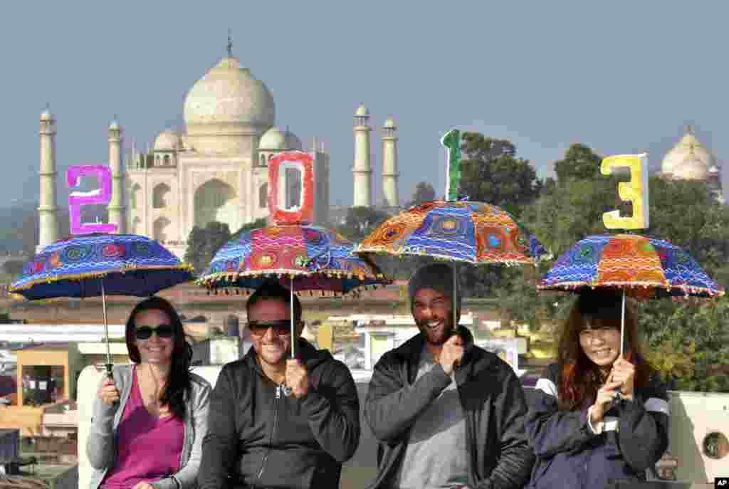31일 인도 아그라의 타지마할 인근 호텔에서 새해를 축하하기 위해 모인 관광객들.