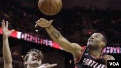 Marcus Camby (kanan, no 23) memblok tembakan dari pemain San Antonio Spurs Tiago Splitter (22) dalam pertandingan NBA musim lalu (foto: dok).