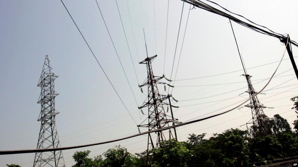 Một mạng lưới điện ở Ninh Bình. Quyết định tăng giá và áp dụng biểu giá bậc thang gần đây của EVN khiến nhiều người dân bất bình và phản đối.
