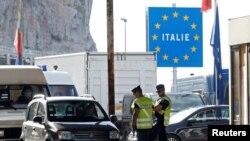 Polisi Perancis memeriksa pengemudi mobil di pos pemeriksaan perbatasan Saint-Ludovic di perbatasan Perancis-Italia, di Menton, Perancis, 15 Juni 2020. (REUTERS/Eric Gaillard). Negara-negara Eropa kembali memperketat aturan perjalanan di tengah merebaknya varian Delta.