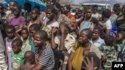 Les réfugiés mozambicains, qui optent pour le rapatriement volontaire après avoir fui les conflits entre le gouvernement et les groupes d'opposition dans leur pays, attendent leur enregistrement au camp de réfugiés de Luwani, sud du Malawi, 22 septembre 2