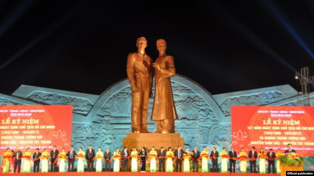 Tượng đài Nguyễn Tất Thành và thân phụ Nguyễn Sinh Sắc tại tỉnh Bình Định, 18/5/2017. (Ảnh chụp từ Báo Bình Định)