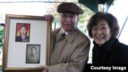 박문재 씨가 여동생 박정재 씨와 함께 지난달 31일 일리노이 주 다리엔 시의 '클라렌돈 힐스 묘지'에서 열린 유해 안장식에서 누나 박경재 씨의 사진을 들고 있다.