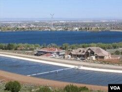 洛杉矶郊区的小型水库(美国之音国符拍摄)